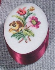 D033 Petit Point Dose oval, klein, rot Deckel Stramin