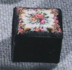 D08 Dose rechteckig, schwarz Deckel Blumen petit point