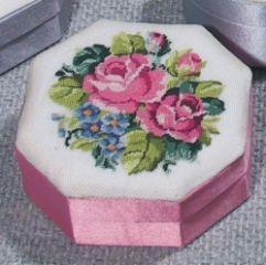 D042 Petit Point Dose 8-eckig, rosé Deckel Stramin weiß