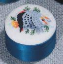 D1349 Petit Point Dose rund, blau Deckel Stramin + Fisch